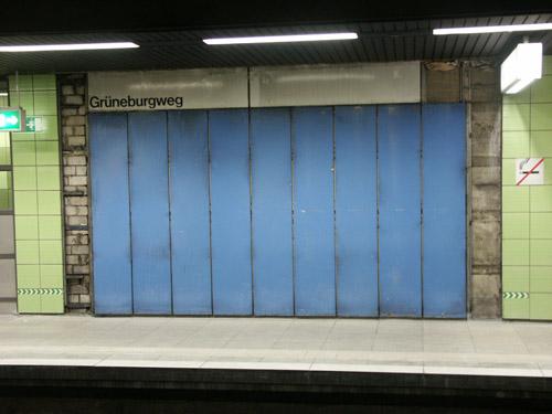 blaue Emailleplatten und altes Stationsschild Grüneburgweg, welches hinter einer Plakatwand wieder zum Vorschein kam