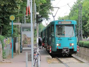 Am 22.Juni 2013 glich die Station Ronneburgstraße noch einer Straßenbahnhaltestelle. haltender Zug der Baureihe Ptb