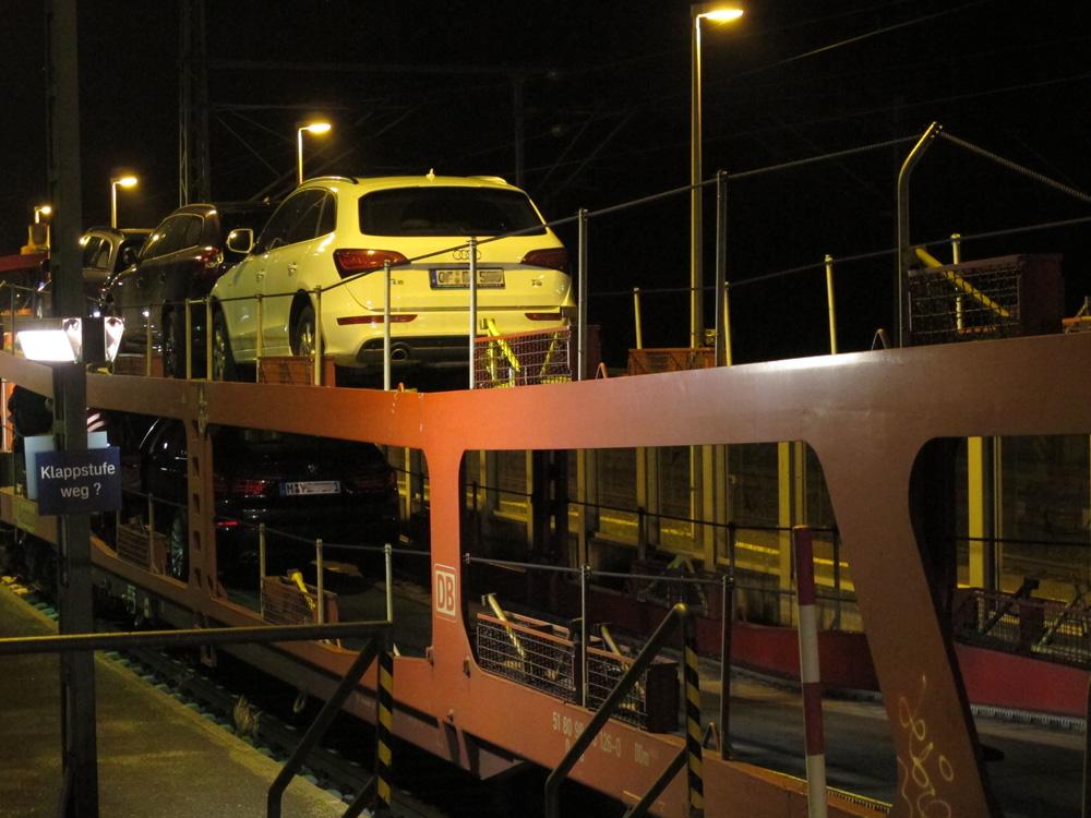 Eisenbahnwagen mit Autos beladen steht in der Nacht in Neu-Isenburg