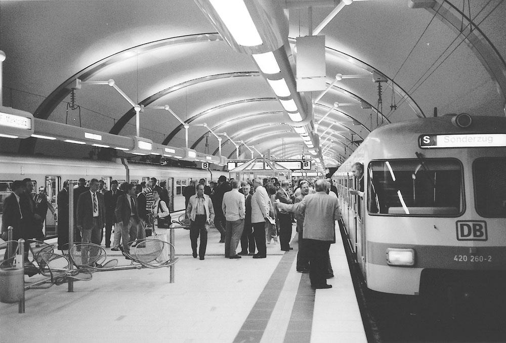 Menschen und S-Bahnzüge der Baureihe ET 420 in der neueröffneten S-Bahnstation Offenbach Marktplatz am 23. Mai 1995 (Foto: S.Kyrieleis)