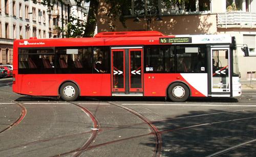 Seitenansicht Midibus in rot mit elipsenförmiger weissen Absetzung an der Front am Südbahnhof
