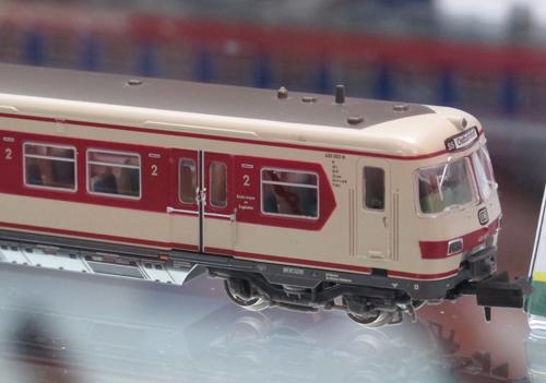 Modell des S-Bahntriebzuges in Maßstab 1:160, Farbgebung weinrot und kieselgrau