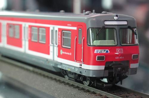Modell eines S-Bahntriebzuges der Baureihe ET 420 in rot mit RMV-Logo