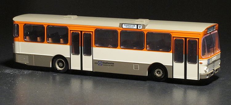 Modellbus im Maßstab 1:87 des Typs Mercedes Benz O 305 in Frankfurter Farbgebung