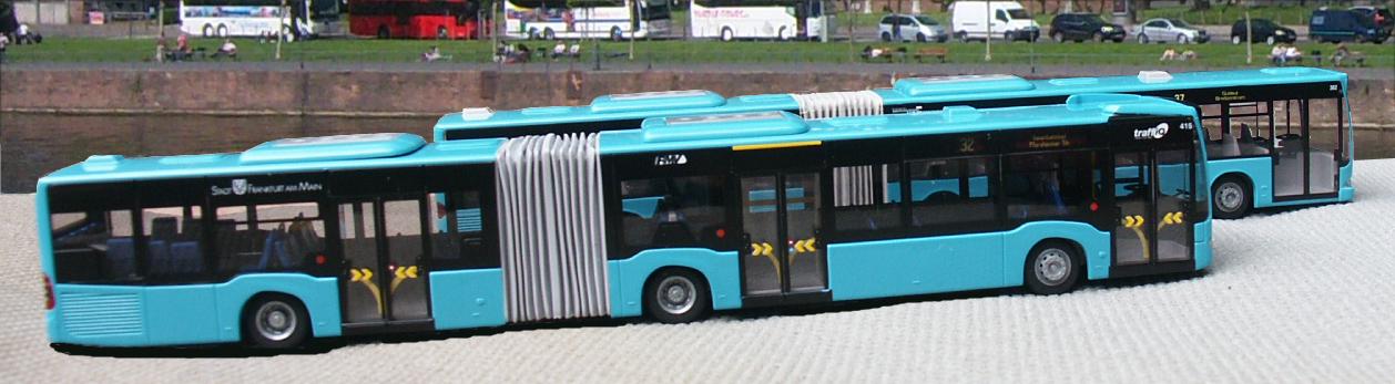 Seitenansicht der neuen Kunststoffmodellnachbildung eines in Frankfurt eingesetzten Mercedes-Benz Gelenkbusses vor seinem Vorgängermodell