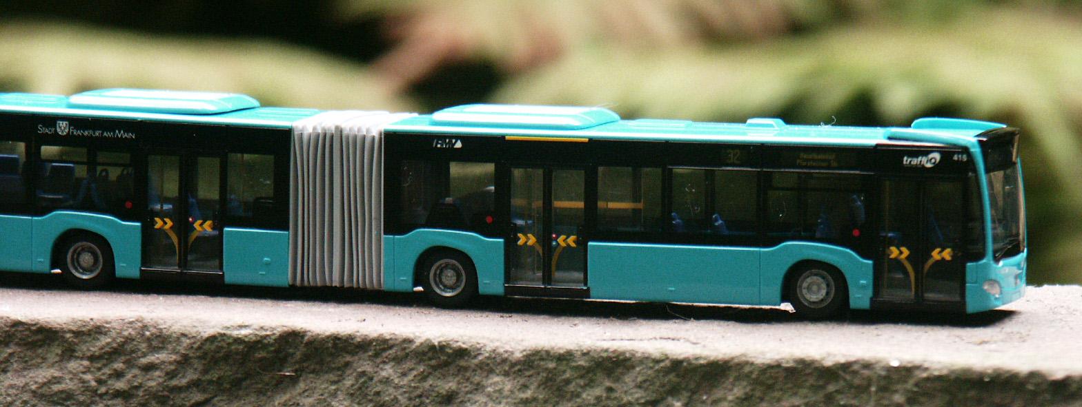 Kunststoffmodell eines Mercedes Citaro-Gelenkbus, Baujahr 2011, in Frankfurter Ausführung
