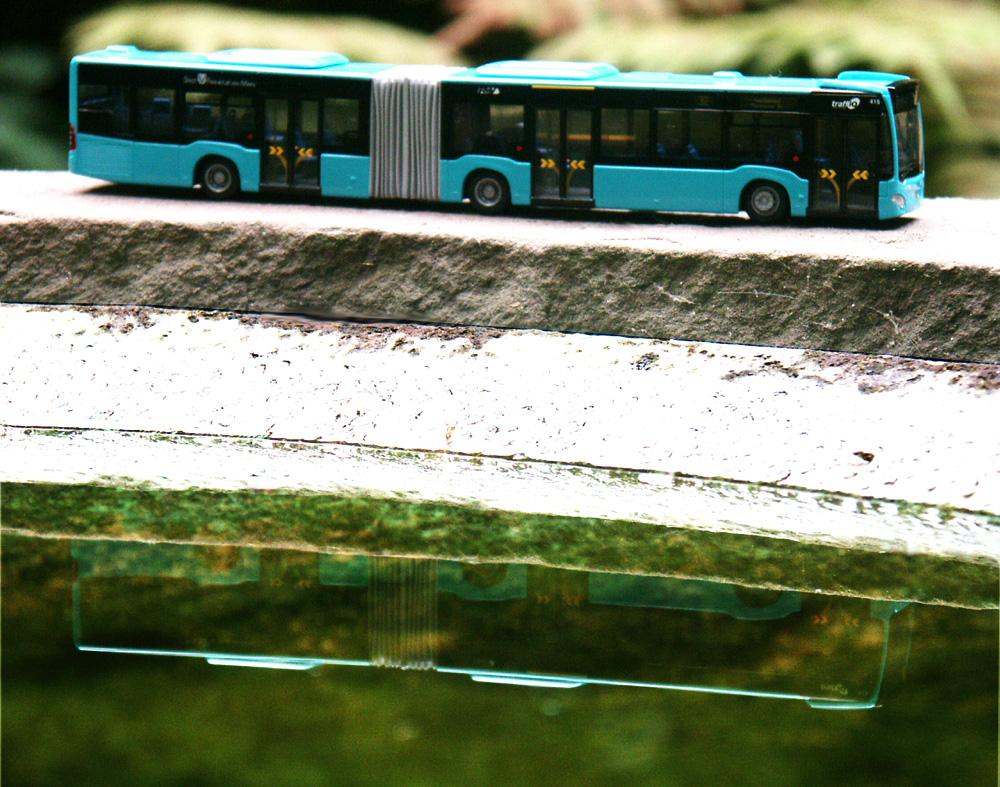 Seitenansicht des Citaro-Modells mit Spiegelung im Wasser