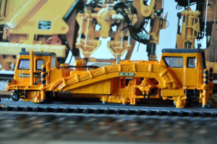 Eigenbaumodell einer Gleisstopfmaschine Typ  Plasser und Theurer 08-75 ZW