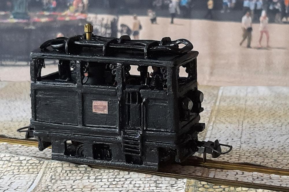 Modell einer kleinen schwarzen Kastendampflok