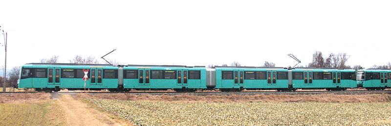 Seitenansicht eines Stadtbahnwagens des Typ U5-50 - statt eines zweiten Führerstands ist der Wagen über einen begehbaren Faltenbalg mit einer zweiten Einheit verbunden (bei Kalbach, Foto:S.Kyrieleis)
