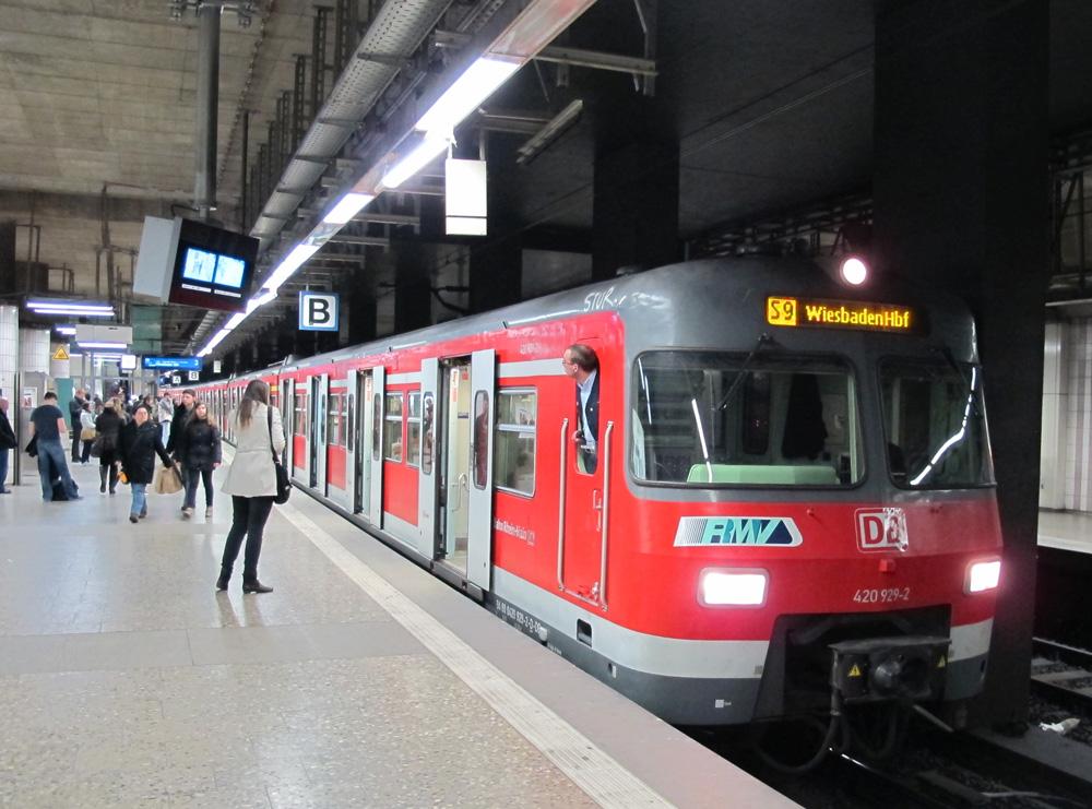 S-Bahnzug beim Halt in der unterirdischen Station Frankfurt-Konstablerwache (Foto: S. Kyrieleis)