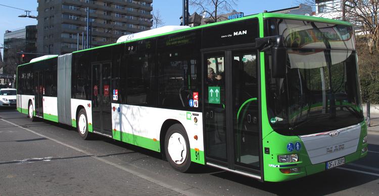 Neuer Gelenkbus der Stadtwerke Offenbach in weiß und hellgrüner Farbgebung