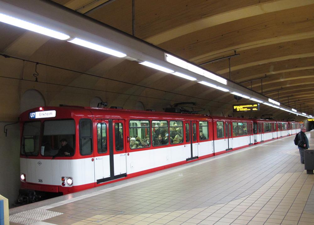 Zug aus drei Stadtbahnwagen des Typs U2 in rot-weisser-Lackierung in der Station Alte Oper