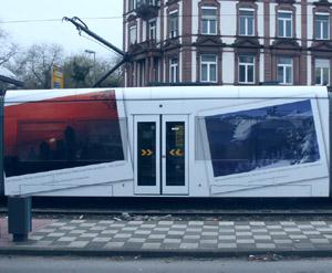 Mit grossformatige Fotos von Landschaften überklebte Fensterflächen in einem Straßenbahn-Mittelteil