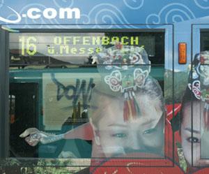 Straßenbahnwagen 239 mit teilweise werbeüberklebten Zielanzeige